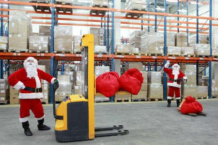 conflictos sociales: dos Santa Claus trabajadores en el trabajo en el almac�n grande