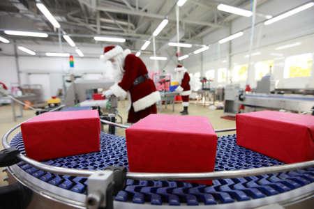 cinta transportadora: En la f�brica de regalos de Navidad Foto de archivo