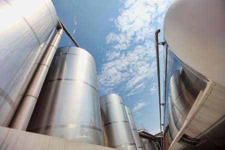 lacteos: Silos de plata y el tanque - la infraestructura industrial en el lente de gran Foto de archivo