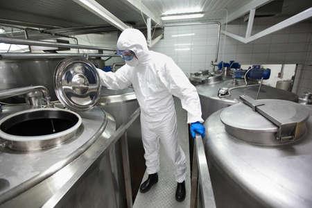 especialista en uniformes de protección, mascarilla, gafas, guantes y botas de agua para controlar procesos industriales Foto de archivo - 13234229