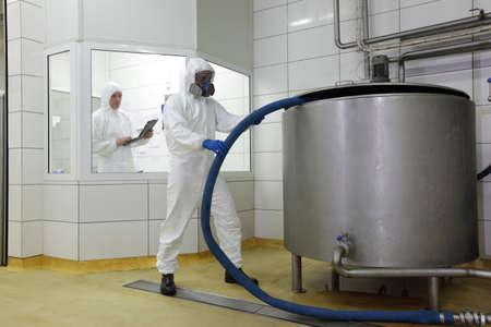 productos quimicos: dos profesionales que trabajan en el entorno industrial