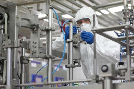 tecnico laboratorio: industrial profesional en uniforme de seguridad en el trabajo en un entorno de alta tecnolog�a Foto de archivo