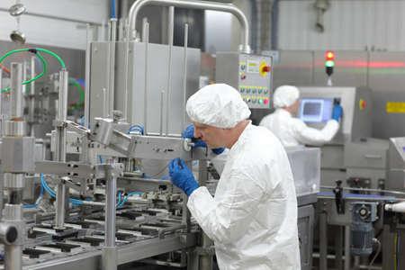 manufactura: dos trabajadores de l�nea de producci�n en la planta de