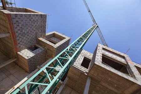 Kran und unfertigen Wohnungen - Baustelle