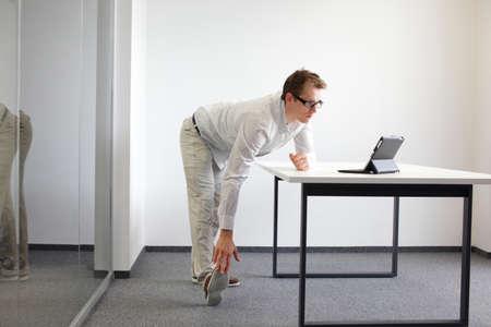 Bein - Arm Übung durng Büroarbeit