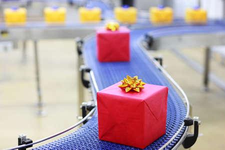 Dárky na pásovém dopravníku v vánoční dárky továrny
