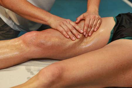 athletes: massage des mains la cuisse athl�te apr�s l'ex�cution Banque d'images