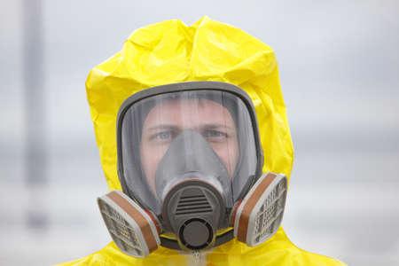 現代の防毒マスク - で男の頭をクローズ アップ 写真素材