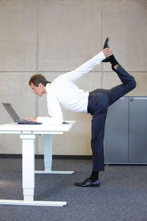 Geschäftsmann v3.0 - Young fit, Corporate Krieger als ein gesundes Leben-Symbol bei der Arbeit Lizenzfreie Bilder