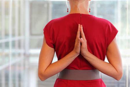 Fit vrouw - Namaste gebaar op de rug - sluit omhoog Stockfoto