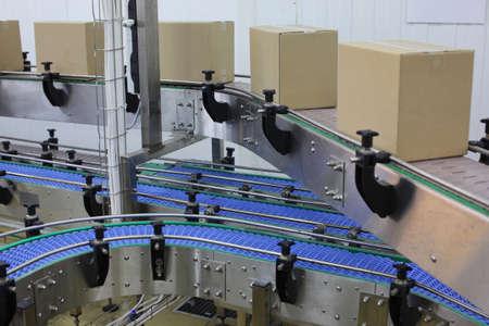 cinta transportadora: Cajas de cartón en la banda transportadora en la fábrica - automatización Foto de archivo