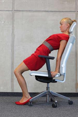 Yoga Büro - entspannen Sie sich auf Stuhl - Geschäftsfrau, die Ausübung