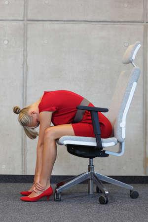 sillon: romper en el trabajo en la oficina - relajarse en la silla - mujer de negocios ejercicio