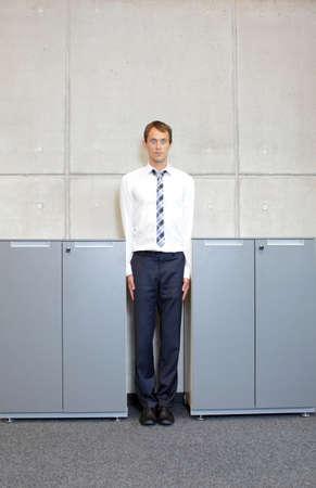 白のキャビネットのオフィス - 間まっすぐビジネス男 standng コンセプト