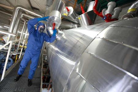 amoniaco: Técnico en cubrebocas, guantes, gafas y uniforme azul reparing sistema tecnológico