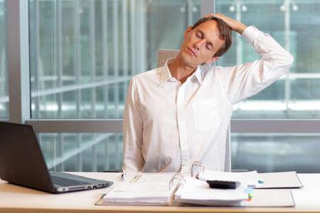 stretching: hombre blanco trabajador de cuello relaja el cuello - breve descanso para hacer ejercicio en el cargo
