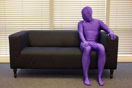 soledad: la soledad - un hombre sentado en el sofá Foto de archivo
