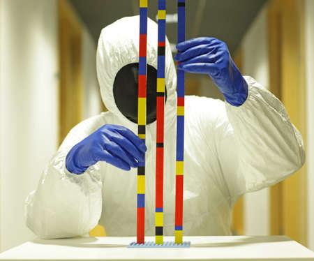 匿名の研究者が科学的なモデルの操作 写真素材