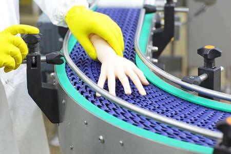 Technicien bande transporteuse contrôle main bionique artificielle. un concept de pièces de carrosserie de rechange Banque d'images - 73999388