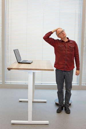 首の運動室の椅子のための短い休憩をリラックス中年ハゲ男