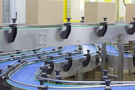 cinta transportadora: Cajas de cartón en la banda transportadora en la fábrica - la automatización