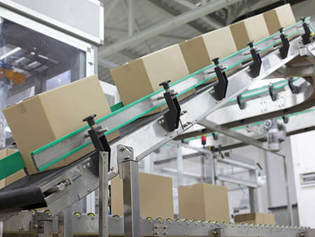 Automation - Cardboard boxes on conveyor belt in factory Banque d'images