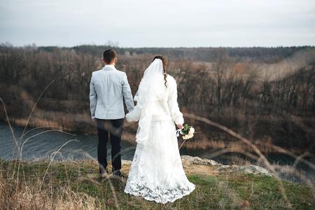 vestidos de epoca: pareja amorosa caminando por el río en el día de su boda