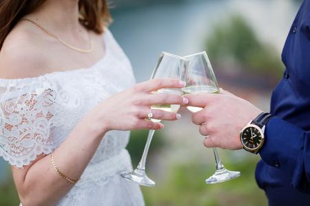 vestidos de epoca: feliz pareja amorosa sosteniendo copas de champán Foto de archivo