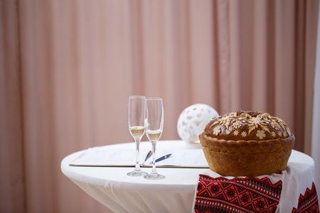 registro: Copas de champán, manteles blancos y pan hermoso en la oficina de registro