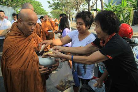 limosna: ceremonia de limosnas en el título de la comunidad religiosa budista en Surabaya Editorial