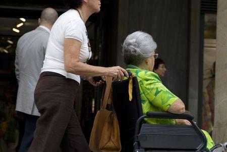 paraplegic: vrouw duwen een rolstoel