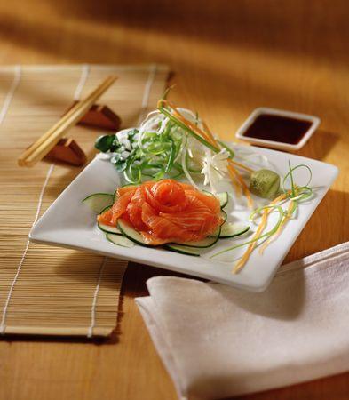soja: Sashimi su un tavolo, con bacchette e salsa di soia
