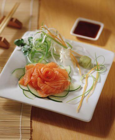 soja: sashimi su un tavolo, con bacchette e salsa di soja