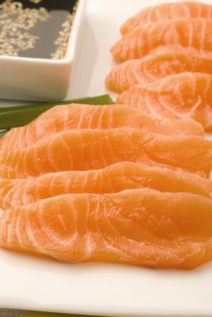 soja: prime salmone su piatto bianco con salsa di soia