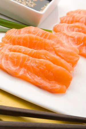 soja: salmone crudo nel piatto bianco con salsa di soia Archivio Fotografico