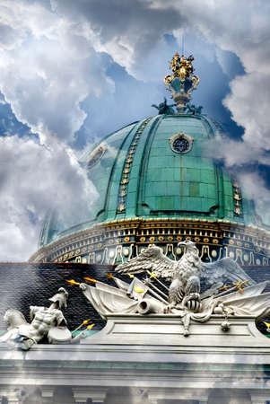 hofburg: D�tail de la d�coration sur le palais imp�rial de la Hofburg de Vienne entre les nuages Banque d'images