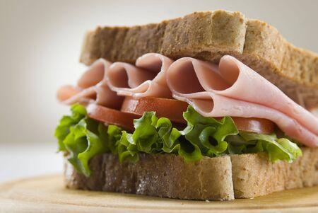 ham sandwich: pane integrale e prosciutto panino natura morta  Archivio Fotografico