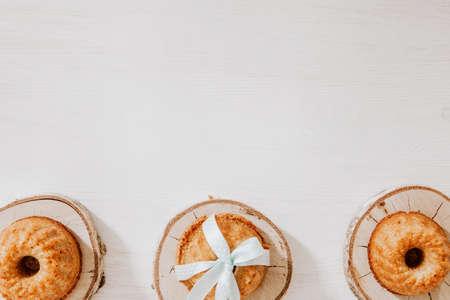 Muffins on wooden blocks lying on wooden table Zdjęcie Seryjne