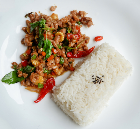 Stir fried pork basil top view / Thai Style spicy food holy basil pork fried rice recipe (Phat Kra Pow Moo) Standard-Bild