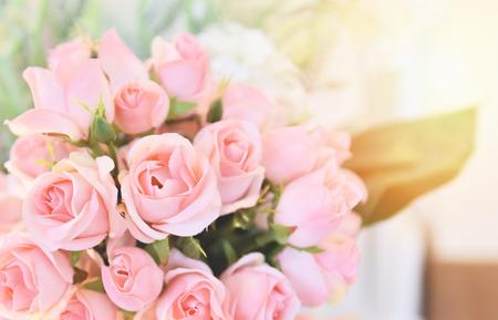 rosa Rosenblume / weiche und hellrosa Rosen, die Frühlingsblumenstrauß auf Tischunschärfehintergrund blühen