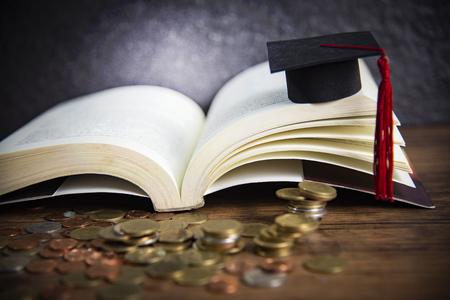 Beca para el concepto de educación con moneda de dinero en madera con fondo oscuro y gorro de graduación en un libro abierto