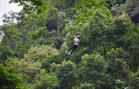 Zipline spannende sportavontuuractiviteit hangend aan de grote boom in het bos in vangvieng laos Stockfoto