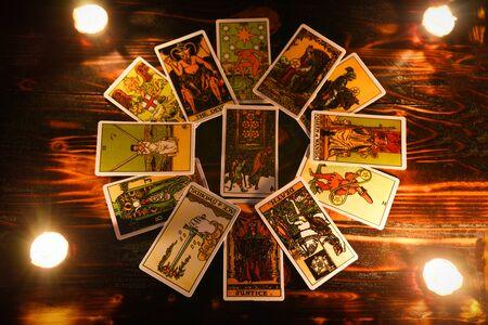 cartas del tarot para lecturas de tarot psíquicas y adivinación con luz de velas / adivino leyendo futuro o pasado y presente Foto de archivo