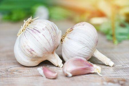 Spicchi d'aglio e bulbo d'aglio / spezia di cibo sano vitaminico per cibo asiatico piccante ingrediente di cottura