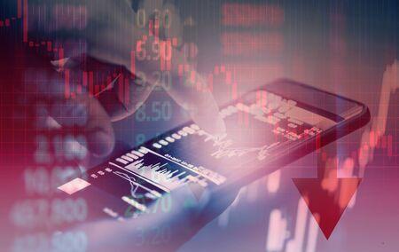 Handelskrieg Weltwirtschaft ist nach unten Börsenkrise Markt roter Preis fallen nach unten Diagramm fallen Geschäft und Finanzen Crash Geld verlieren Umzug verwenden Smartphone-Handel Online-Analyse Investition wirtschaftlich Standard-Bild