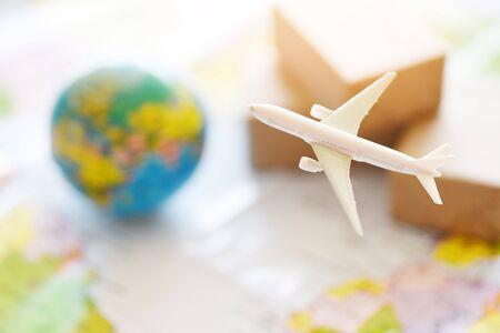 logistiek transport import export verzendservice Klanten bestellen dingen via internet Internationale verzending online concept Luchtkoerier Vrachtvliegtuigdozen verpakking expediteur naar wereldwijd