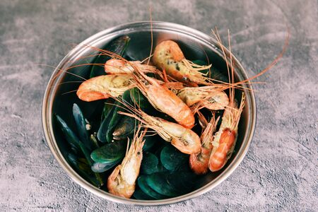 Seafood shellfish with steaming shrimps prawns mussel boiled in hot pot  Imagens