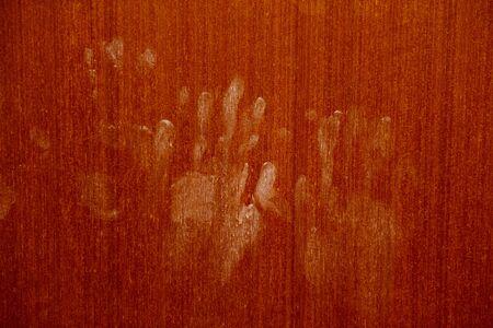 Marques de main sur un mur en bois / empreintes de main Horreur effrayant empreinte digitale sale Le concept de solitude et d'abandon et Horreur effrayant fantôme dans la porte de la maison à l'Halloween Banque d'images