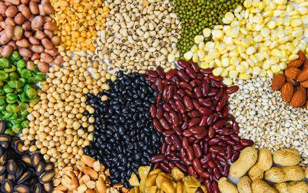 Collage aus verschiedenen Bohnen mischen Erbsen-Landwirtschaft von natürlichen gesunden Lebensmitteln zum Kochen von Zutaten / Set aus verschiedenen Vollkornbohnen und Hülsenfrüchten, Linsen und Nüssen bunter Snack-Textur-Hintergrund Standard-Bild