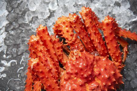 Granchio rosso hokkaido su ghiaccio al mercato dei frutti di mare / fondo di granchio reale dell'Alaska, vista dall'alto Archivio Fotografico
